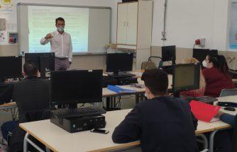 El Lean Manufacturing, nueva cuestión explicada por los expertos a los alumnos del Ciclo Superior de FP Dual de Transformación de Polímeros